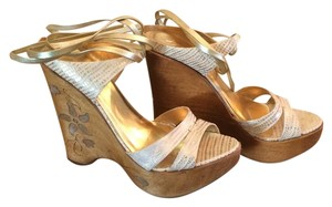 Report Signature Gold Wedges