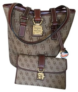 Dooney & Bourke Tote in Burg/Br