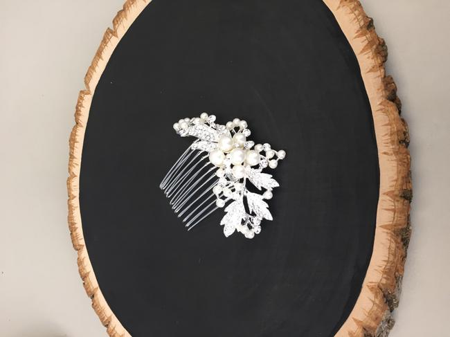 Item - Rhinestone and Pearl Crystal Comb Hair Accessory