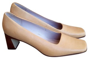 Liz Claiborne Egeshell yellow Pumps