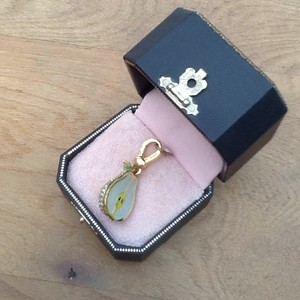 Juicy Couture Comes W/Juicy Couture jewerly box which Its has stayed in since I recieved it.