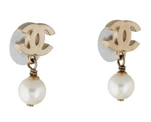Chanel Gold-tone Chanel interlocking CC Camellia pearl drop earrings