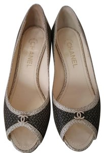 Chanel black white with gold motifs Pumps