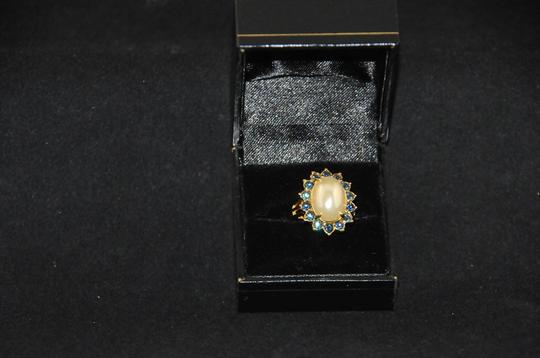 UKN Gold Tone Faux Pearl W/ Blue Stone Halo Ring Sz. 8 NEW J1537185 Image 3