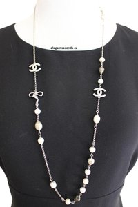 Chanel AUTH.CHANEL SILVER PLATED NECKLAC WITH PEARLS & CRYSTALS