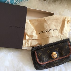 Louis Vuitton Pochette Vintage Turn Key Wristlet in Monogram