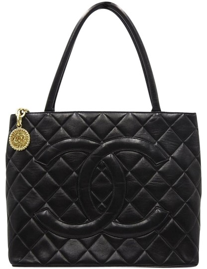 Preload https://img-static.tradesy.com/item/19757871/chanel-medallion-black-lambskin-leather-shoulder-bag-0-5-540-540.jpg