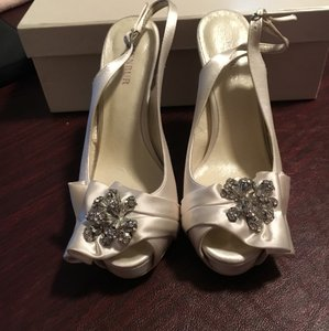 Menbur White Slingback Stiletto Pumps Size US 7 Regular (M, B)
