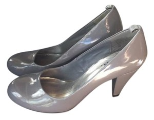 L.E.I. Patent Leather grey Pumps