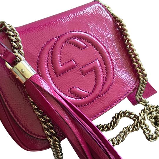 Preload https://img-static.tradesy.com/item/19885225/gucci-soho-patent-hot-pink-leather-cross-body-bag-0-1-540-540.jpg