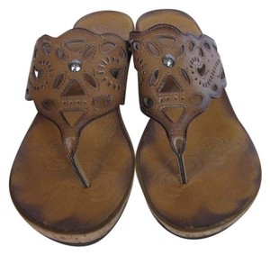 Clarks Faux Leather Upper Cushioned Footbed Cutout Details Honey / Brown Sandals