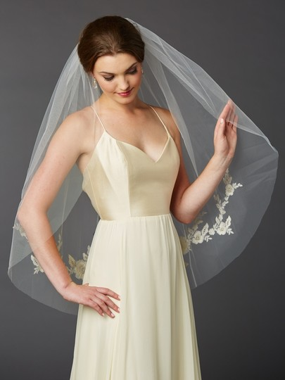 Preload https://img-static.tradesy.com/item/19911950/mariell-gold-and-silver-medium-embroidered-floral-lace-fingertip-bridal-veil-0-0-540-540.jpg