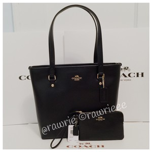 Coach Classic Leather Tote in black
