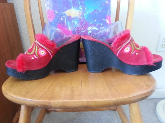 Chinese Laundry Furry Wedges Mules High Heel Nepal-inspired Boho Bohemian Sandals Ethnic Exotic Hippie-chic Hippy Red Suede Platforms