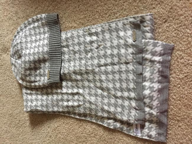 Item - Grey and White Scarf Set Hat