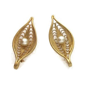 "Sarah Coventry ""Serene"" Gold Tone Filigree Faux Pearl Leaf Clip Earrings Vintage 1960s"