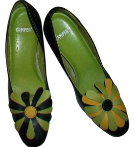 Camper Vintage Black & Green Pumps