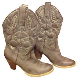 Very Volatile Western Style Stud Details Chunky Heel Like New Taupe / tan Boots