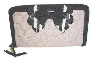 Betsey Johnson QUILTED SWAG/ BLACK/BONE STRIPE BOW/PINK ZIP AROUND WALLET/ gift boxed
