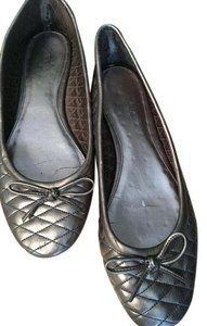 Calvin Klein Womens Silver Metallic Silver quilted Flats