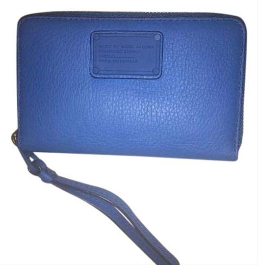 Preload https://img-static.tradesy.com/item/20065937/marc-by-marc-jacobs-blue-leather-wristlet-0-1-540-540.jpg