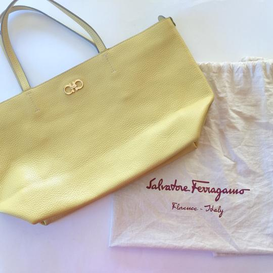 Salvatore Ferragamo Tote in Vanilla - Subtle yellow