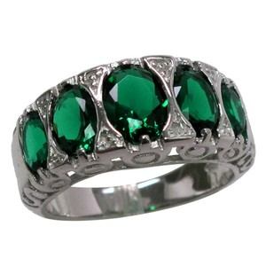 9.2.5 Stunning 5 stone green emerald ring size 7