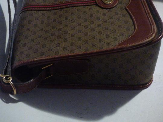 Gucci Great For Everyday Gold Hardware Popular Style Excellent Condition brown leather/small G logo print in shades of brown with red/green accents Messenger Bag Image 4