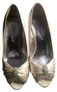 David's Bridal Ivory Charmeuse Pleated Peep Toe with Crystal Ornament Pumps Size US 5.5 Regular (M, B)