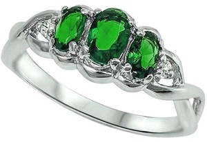 9.2.5 Stunning 3 stone green emerald cocktail ring size 8