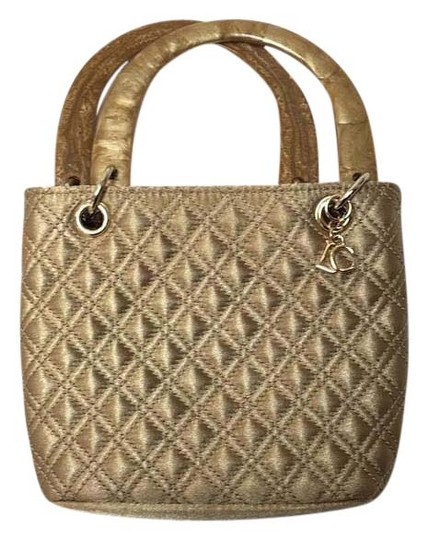 Preload https://img-static.tradesy.com/item/20119194/liz-claiborne-lc-gold-metallic-quilted-satchel-purse-baguette-0-1-540-540.jpg