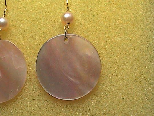 Other 14k Yellow Gold Pink Pearl & Mother of Pearl dangle Earrings Image 5