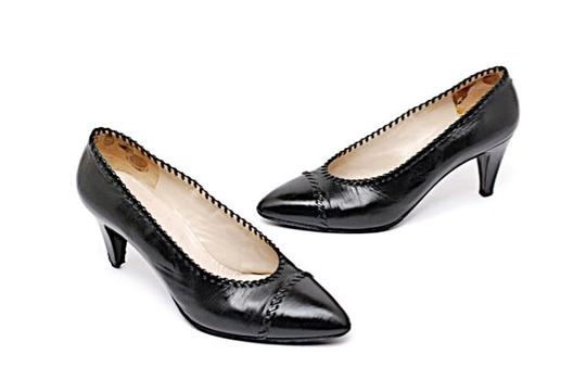 Preload https://img-static.tradesy.com/item/20125757/chanel-black-leather-classic-wwoven-instep-pumps-size-us-6-0-0-540-540.jpg