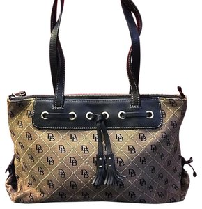Dooney & Bourke Tote in Gray And Nlack