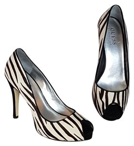 Guess By Marciano dark borwn and white Pumps