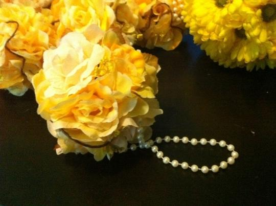 Preload https://item2.tradesy.com/images/yellow-and-white-pomander-balls-ceremony-decoration-201291-0-0.jpg?width=440&height=440
