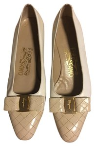 Salvatore Ferragamo Creme/tan Pumps