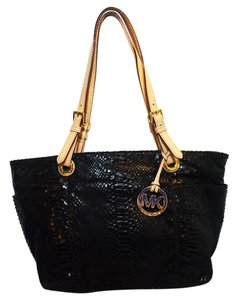 MICHAEL Michael Kors Tote in Black Patent Leather