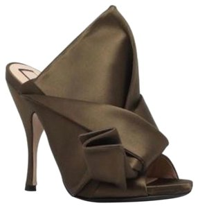 N°21 Bronze Olive Pumps