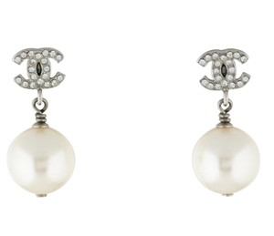 Chanel Silver-tone Chanel crystal interlocing CC pearl drop earrings