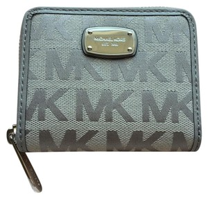 Michael Kors Jet Set Signature Zip Arround Bifold Wallet Pearl Grey