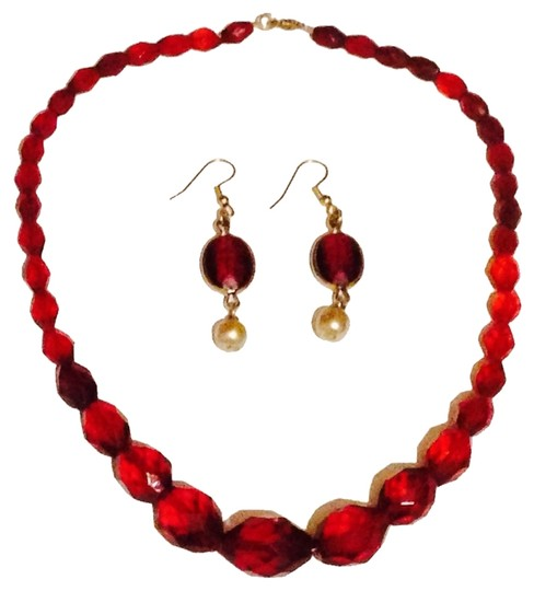 Preload https://img-static.tradesy.com/item/2025749/red-glass-crystal-and-pearl-set-0-0-540-540.jpg