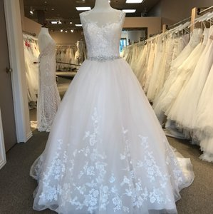 Essense of Australia Ivory/Moscato/Almond Tulle & Lace 6268 Formal Wedding Dress Size 8 (M)