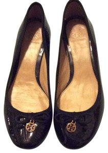 Tory Burch Black patent TB logo on front Pumps
