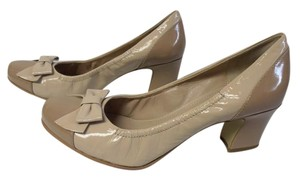 B. Makowsky B. Bow Patent Leather nude/tan Pumps