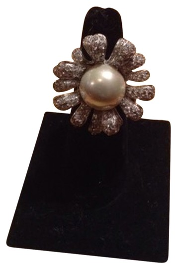 Preload https://item4.tradesy.com/images/silver-and-pearl-ring-2033823-0-0.jpg?width=440&height=440