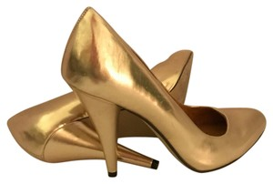 Invito Gold Pumps
