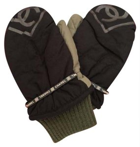 Chanel ( EXTREMELY RARE ) CC Mittens 213083