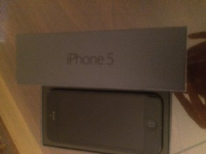 Apple Apple iPhone 5 16GB - Black (AT&T) Smartphone Cracked back, WORKS
