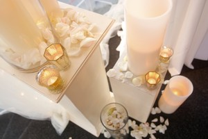 Large Ivory Candles Set In Large Clear Vase